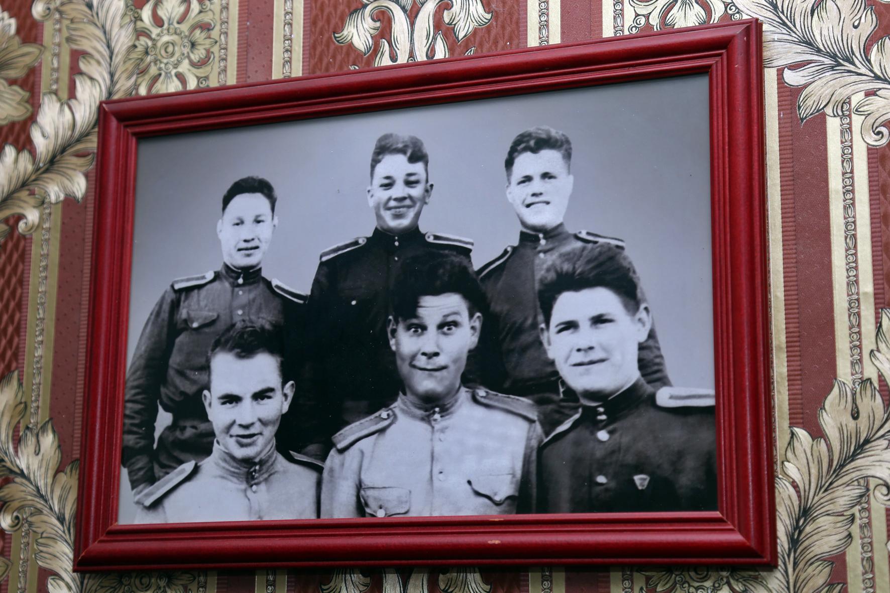 В 1942-м году 18-летнего Володю призвали на фронт (верхний ряд, в центре). Фото Андрея Семакина