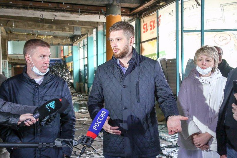 Депутаты, осмотрев здание, пришли к выводу, что его нельзя реконструировать, только сносить. Фото Валентина Карпова