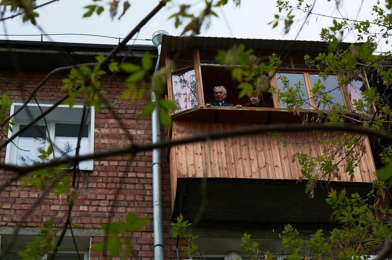 В этом году курсанты ВСИ МВД нашли способ поздравить ветерана - под его балконом они исполнили военные песни