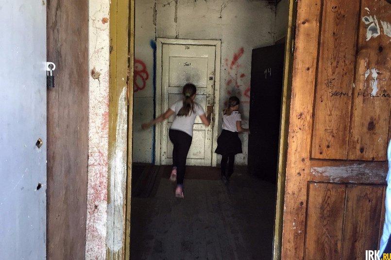 Девочки, увидев инспекторов, с радостными криками бросились к ним