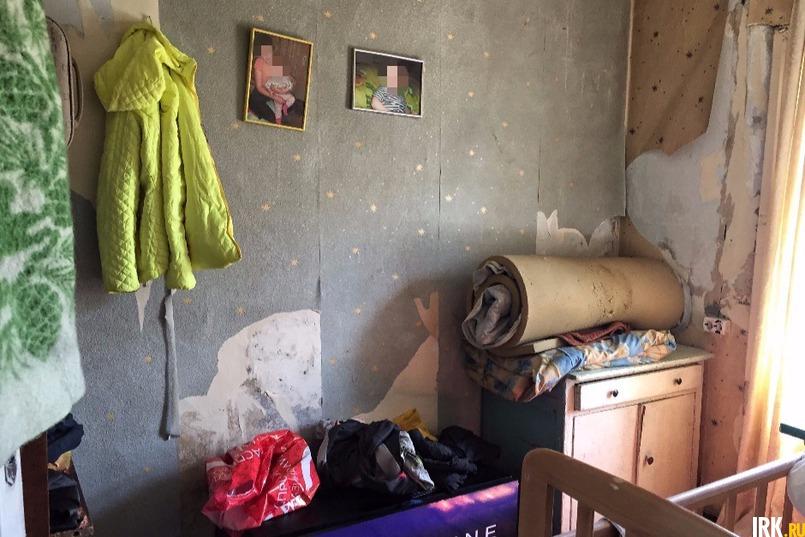 Обои, как и во всех комнатах, ободранные, окна и подоконники грязные. Сложилось впечатление, что в доме не убирались несколько месяцев