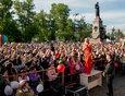 2019 год: на площади у памятника Александру Третьему выступила Татьяна Овсиенко.
