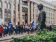 Сентябрь 2018 года. Памятник Александру Вампилову, мимо которого проходит колонна иркутских студентов. Автор фото — Геннадий Кноп