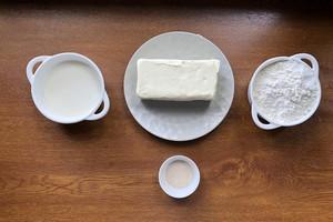 В составе — три основных ингредиента плюс дрожжи, сахар и корица