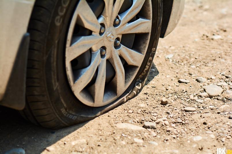 Проезжавший мимо автомобиль наехал колесом на торчавшую арматуру