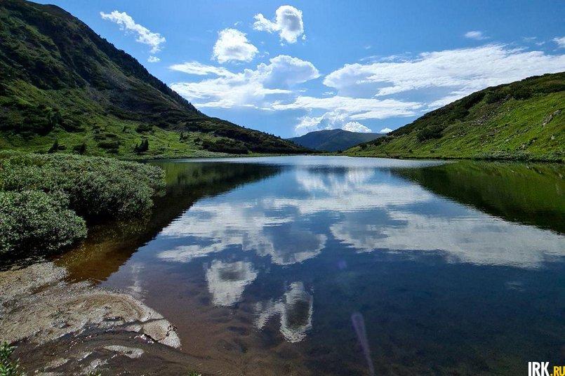 В горах постоянно меняется погода: солнце светит, а через пять минут начинается ливень