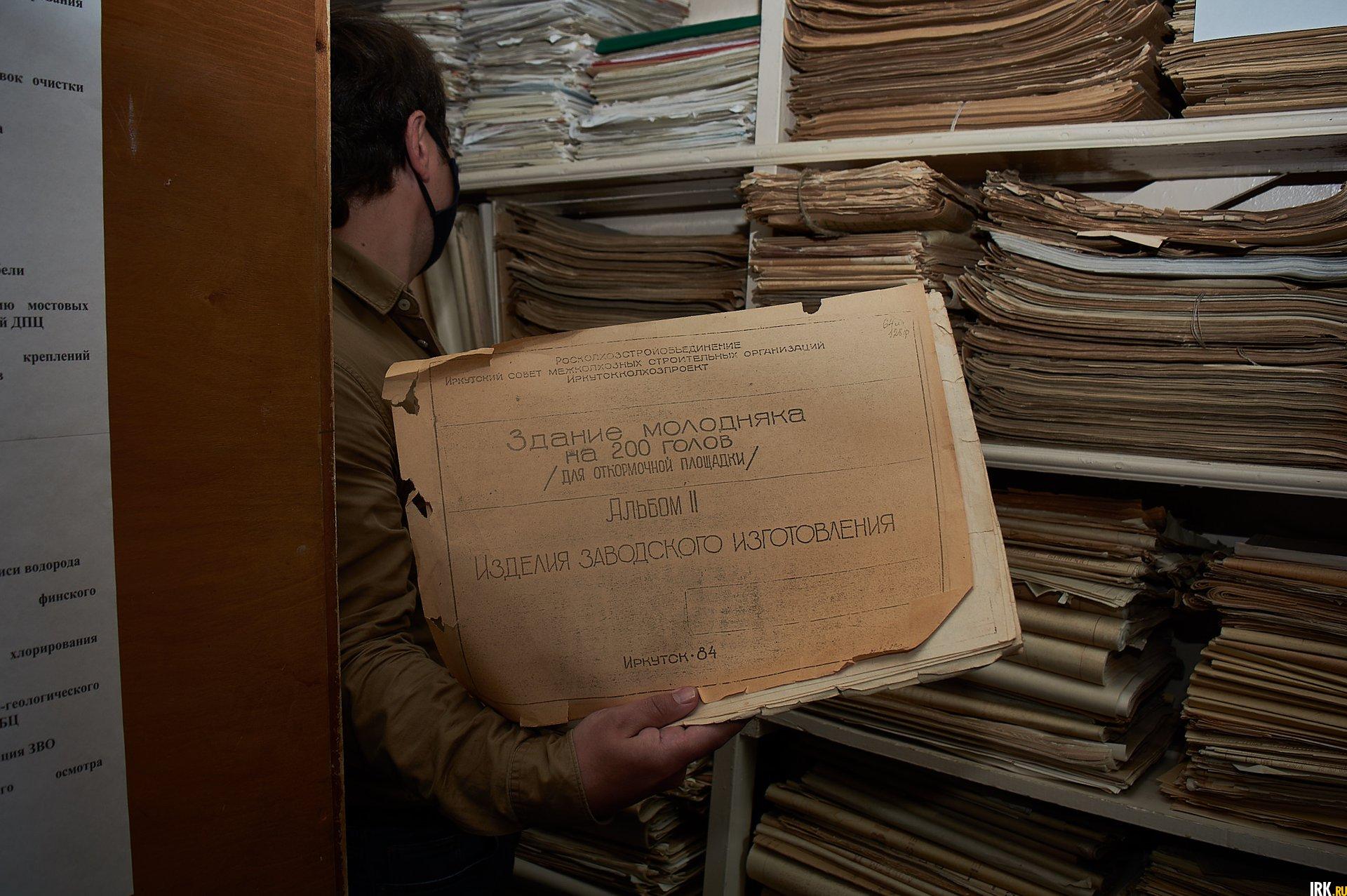 В помещении - стеллажи с десятками тысяч папок
