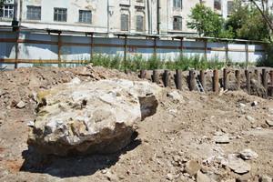 На площадке лежат большие валуны — остатки фундамента