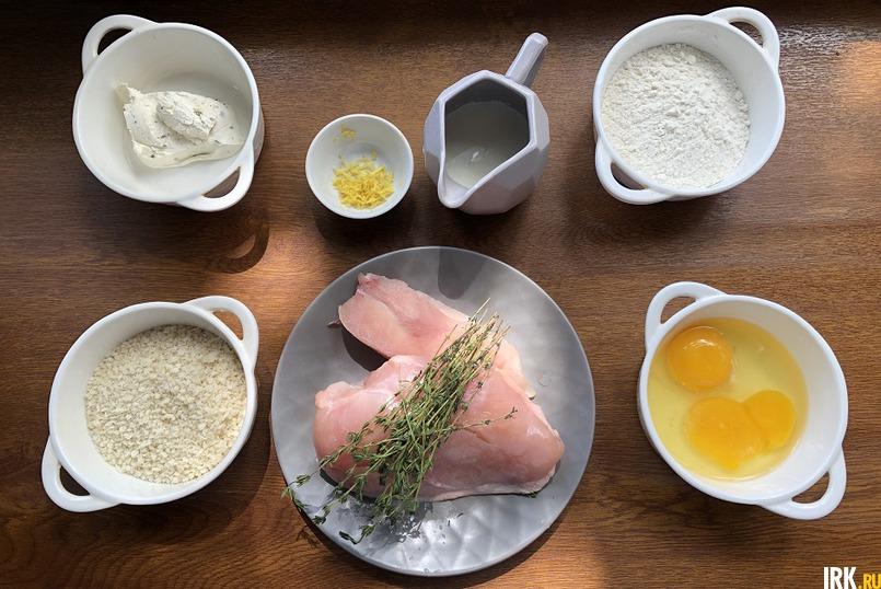 В классическом рецепте наггетсов используется измельченное куриное филе, панированное в муке, яйце и сухарях