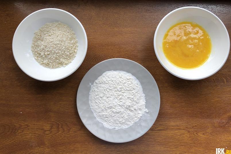 Понадобятся три отдельные миски –  яйца, перемешанные с щепоткой соли, муку и сухари