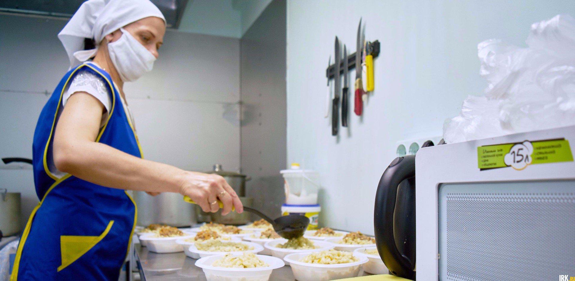 В условиях пандемии всю еду сестры раскладывают в одноразовую посуду и раздают на улице