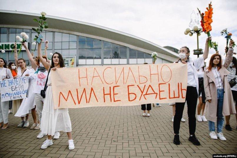 12 августа на улицы вышли девушки в белой одежде и с цветами. Люди по-разному показывают: мы мирные жители, и мы не согласны