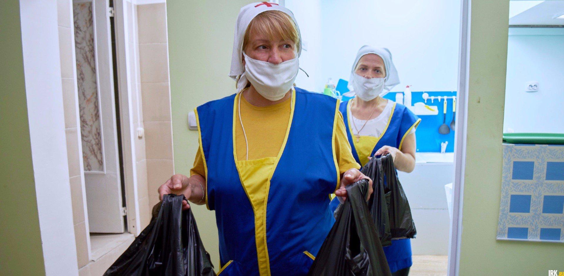 В 13:00 Елена и Светлана выносят еду в пакетах