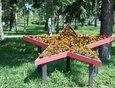 Около мемориала «Вечный огонь» установили цветники в форме пятиконечных звезд.