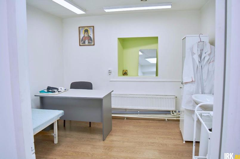 В медицинском кабинете есть все необходимое, чтобы наложить повязку, обработать рану, измерить давление и температуру