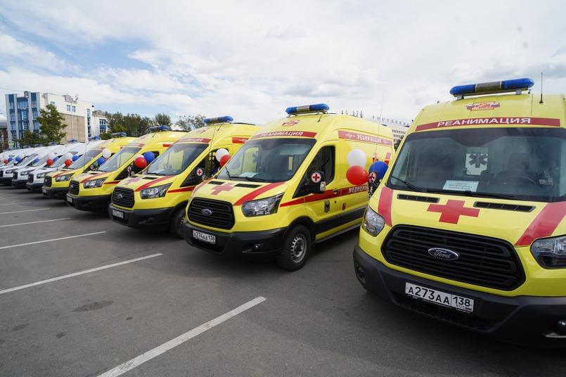 Представителям медорганизаций Иркутска, Ангарска и Братска вручили ключи от автомобилей скорой помощи класса В