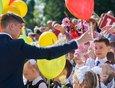 Старшеклассники подарили первоклашкам воздушные шары.