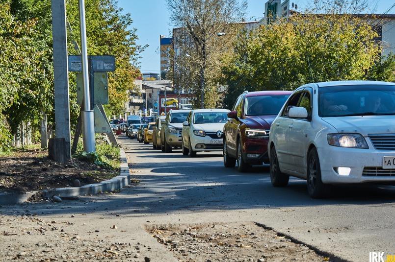 Из-за ремонта на Ядринцева на дороге каждый день образуется пробка. Фото Маргариты Романовой