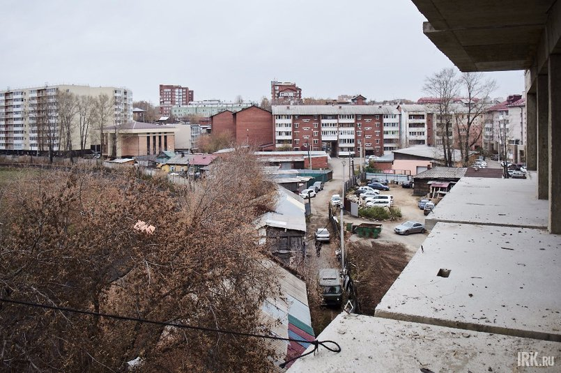 По соседству с ипподромом, кроме ЖК «На Советской-2», находятся другие многоэтажные жилые дома, частные строения, а также работает автоцентр