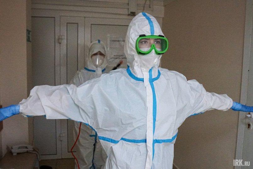Перед тем, как пройти в помещение, где я смогу снять костюм, сотрудница больницы тщательно обрабатывает его специальным дезинфицирующим раствором