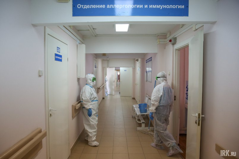Весь персонал больницы передвигается по коридорам «красной зоны» в защитных костюмах