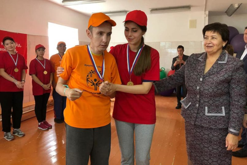 Ирина Синцова вместе с участниками спортивного мероприятия, которое прошло в социальной деревне «Семейная усадьба» в поселке Усть-Балей