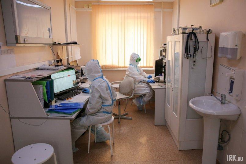 В помещении перед реанимацией за компьютерами сидят несколько человек. Они вносят в программу данные о состоянии пациентов