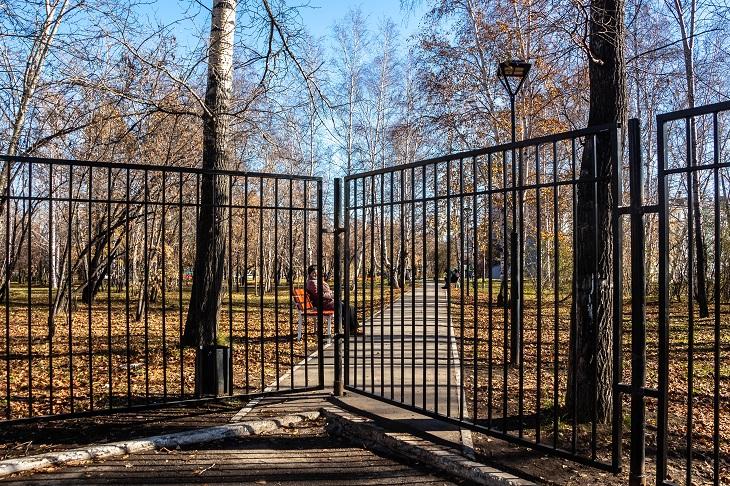 Забор устанавливают по периметру вуза. Фото предоставлено фондом «Городские пространства»