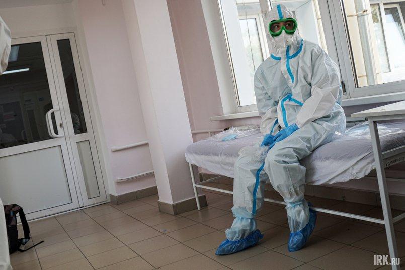 В защитном костюме очень жарко и тяжело дышать