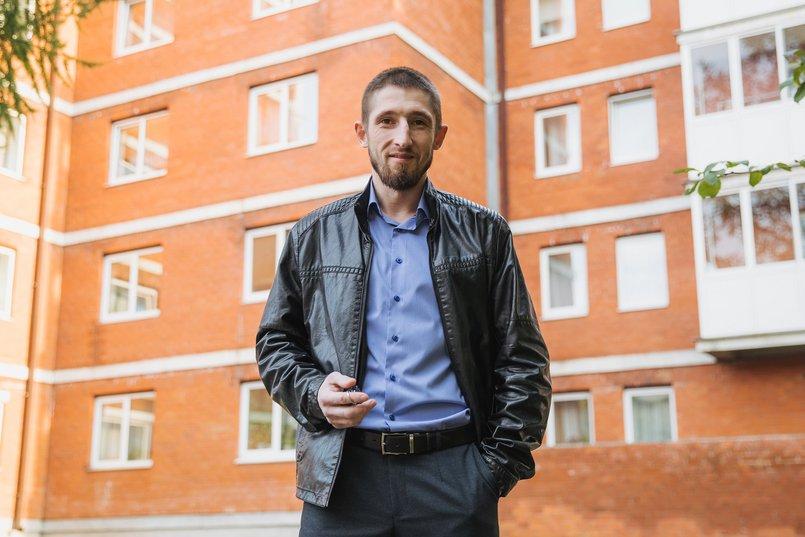 Илья Петухов на фоне нового дома