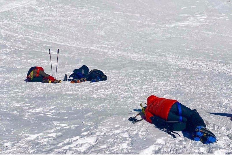 По дороге на вершину некоторые путешественники отдыхают