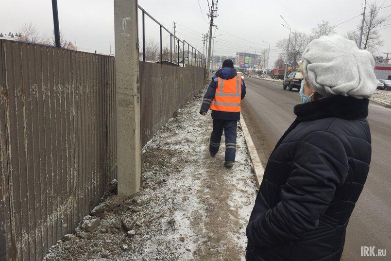 Теперь их участок существующая ограда не защищает ни от проходящих людей, которые кидают к ним мусор, ни от пыли и грязи с дороги