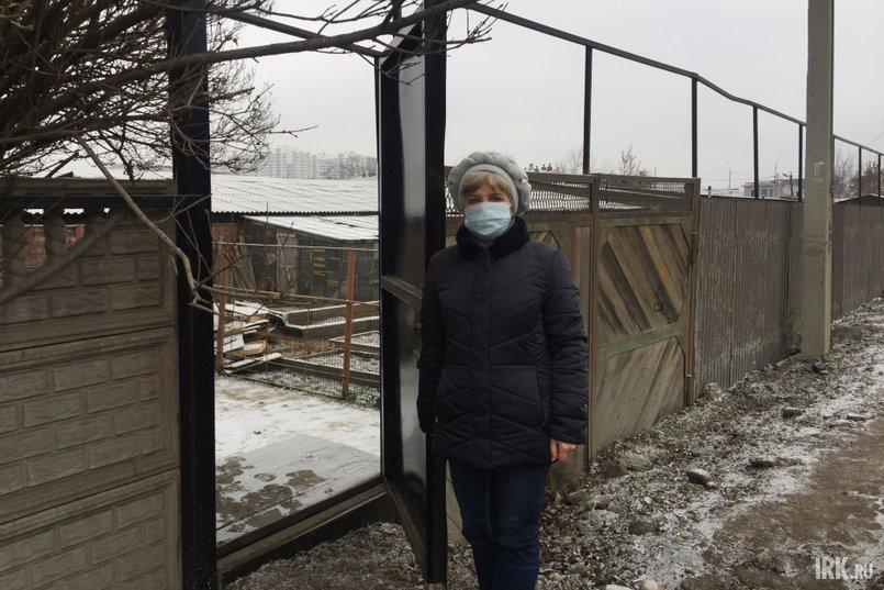 Из-за ремонта дороги на Култукской жильцы не могут пользоваться гаражом, а чтобы попасть во двор, им пришлось построить новую калитку