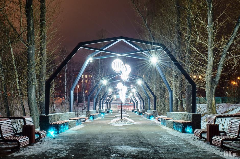 Осенью 2020 года в Иркутске завершился второй этап благоустройства парка имени Парижской коммуны. Вдоль главной аллеи со стороны 2-й Железнодорожной установлено пять арок со светящимися шарами.