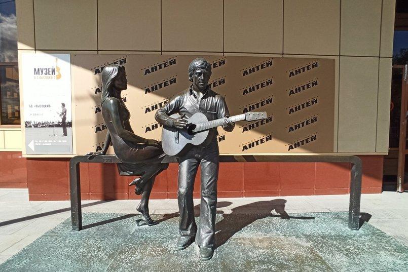 Памятник Владимиру Высоцкому и Марине Влади в Екатеринбурге