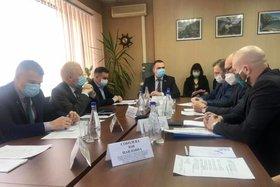 На совещании. Фото со страницы Виталия Перетолчина в «Фейсбуке»