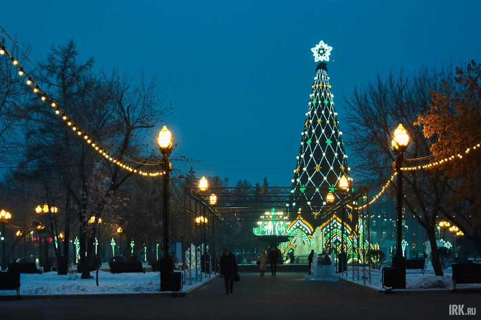 В сквере Кирова смонтировали главную ёлку. Её высота — 27,5 метра.