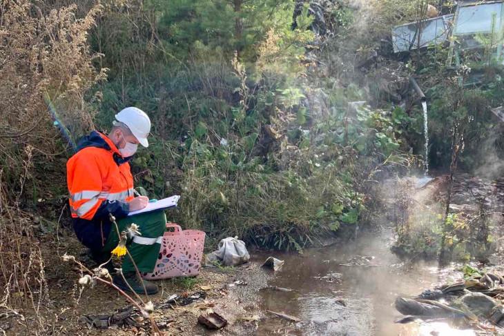 Отбор проб в ручье. Фото пресс-службы Байкальской межрегиональной природоохранной прокуратурой
