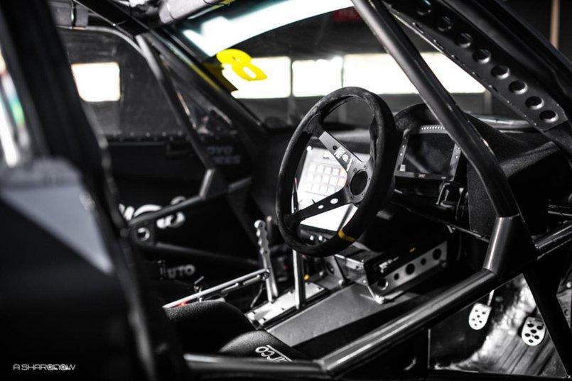 В автомобиле установлен каркас безопасности, который защищает пилота от возможных травм
