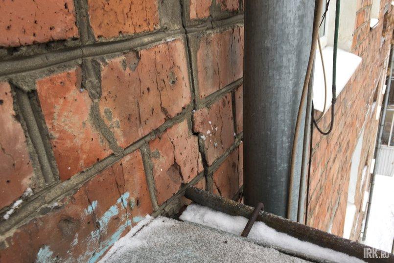 Трещина проходит между 4 и 5 этажом по фасаду здания