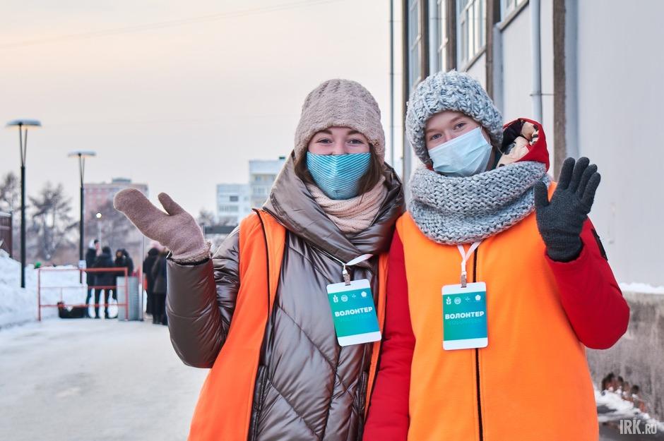 На входе на стадион пришедших встречали волонтеры, которые выдавали маски и бумажные браслеты. По номерам браслетов в течение вечера были разыграны призы.