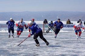 Хоккейный матч на льду Байкала в Листвянке в 2014 году. Фото Яны Ушаковой, IRK.ru