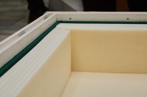 Внутри ящик обклеен специальным материалом для поддержания нужного микроклимата