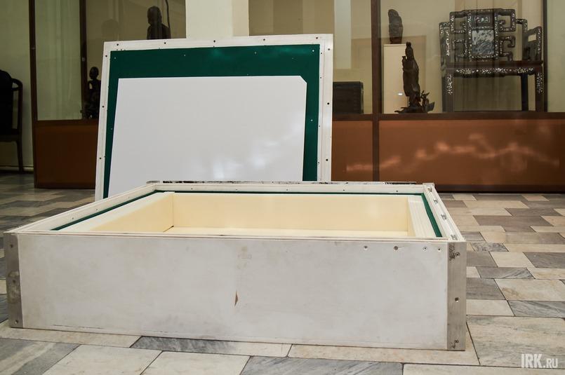 Картину помещают в специально изготовленный деревянный ящик