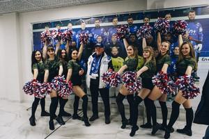 На многих болельщиках - одежда с символикой хоккейного клуба