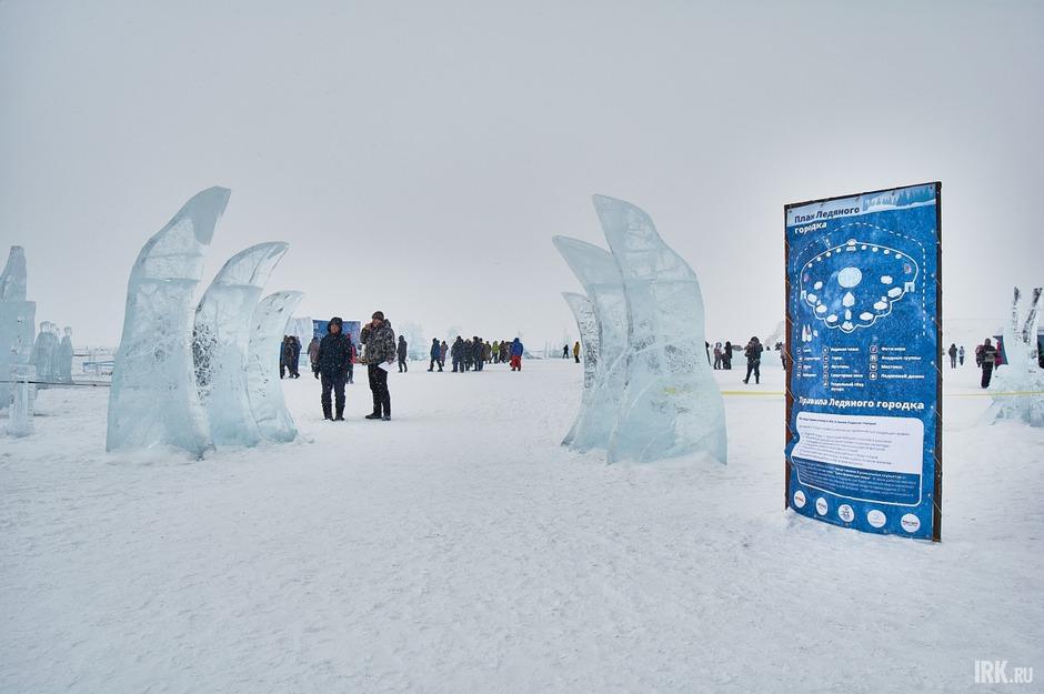 На льду Байкала неподалеку от скалы Шаманка появился ледяной городок. Скульптуры для него создавали мастера со всей России в рамках фестиваля Olkhon Ice Fest.