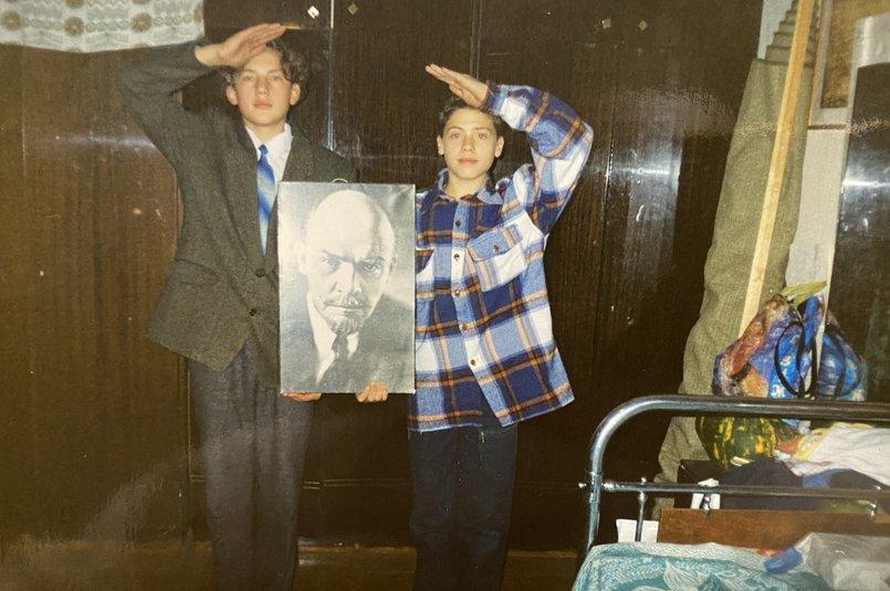 Юрий (справа) с двоюродным братом Станиславом на даче