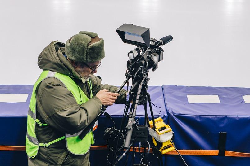 Операторы проверяют качество звука и изображения перед началом матча