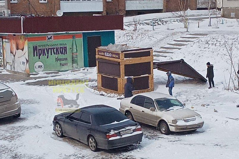 В Ново-Ленино на Ярославского унесло крышу с ларька. Фото из группы «Инцидент Иркутск»