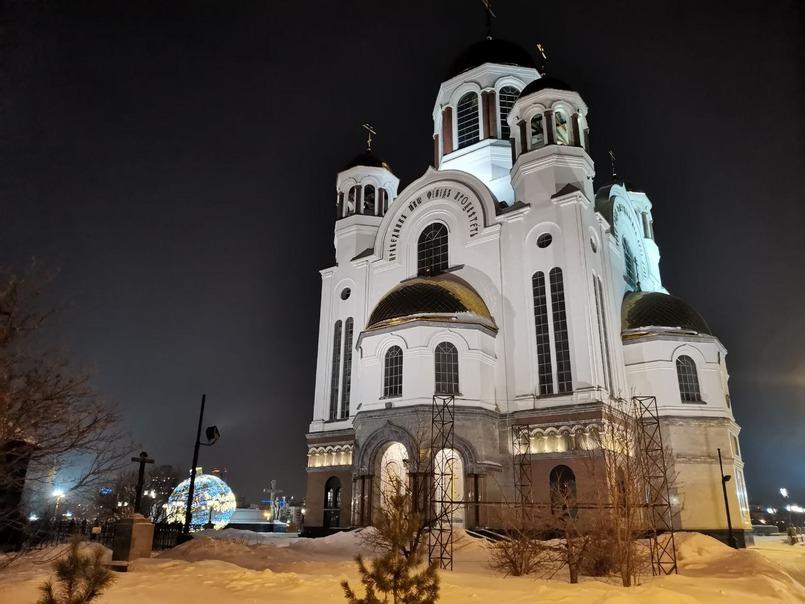 Храм-на-Крови построен на месте дома Ипатьева, в подвале которого в 1918 году расстреляли императора Николая II, его семью и четверо слуг